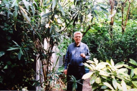 Georges Aperghis dans son jardin