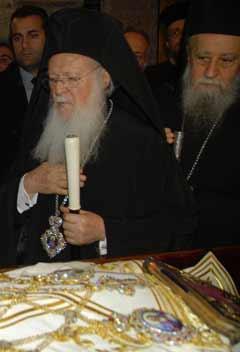 Le patriarche œcuménique de Constantinople Bartholomé Ier se recueille devant la dépouille de Mgr Christodoulos.