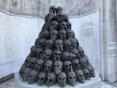 Les casques du monument grec du Mémorial Interrallié de Cointe