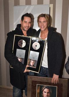 """Avec le parolier et dj Valentino lors de la remise du double disque de platine pour """"Tha eimai edo"""", en décembre 2011."""