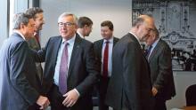 Le président de la BCE, Mario Draghi, le président de la Commission, Jean-Claude Junker, et le commissaire européen aux Affaires économiques, Pierre Moscovici (de gauche à droite au premier plan), lors de la réunion sur la Grèce, mercredi à Bruxelles. Crédits photo : VIRGINIA MAYO/AFP