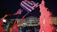 Des partisans du Non fêtent leur victoire à Athènes. Crédits photo : Petros Giannakouris/AP