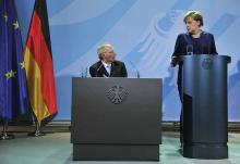 Fini la répartition des rôles entre le «?good cop?» et le «?bad cop?». Désormais la chancelière allemande et son ministre des Finances sont sur la même ligne, ultra-dure vis à vis de la Grèce. - AFP PHOTO / JOHN MACDOUGALL
