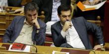 Le premier ministre grec Alexis Tsipras et le ministre des finances Euclid Tsakalotos, le 16 juillet au Parlement à Athènes.