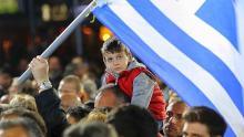 Un enfant sur les épaules de son père, vendredi, lors d'un meeting de Syriza.
