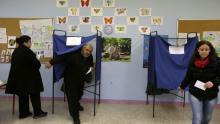 Traditionnellement, les bureaux de vote se remplissent l'après-midi, et dans la matinée ils étaient peu nombreux à prendre le chemin des urnes dans la capitale grecque. Crédits photo : Thanassis Stavrakis/AP