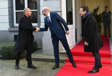 Le Premier ministre belge Charles Michel accueille Yanis Varoufakis (à gauche) et Alexis Tsipras. (Photo Emmanuel Dunand. AFP)