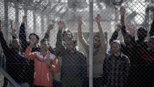 Des migrants retenus dans un centre de détention pour immigrants illégaux, le mois dernier, près d'Athènes. Crédits photo : ANGELOS TZORTZINIS/AFP