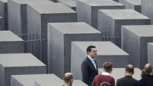 Le premier ministre grec Alexis Tsipras lors de sa visite au Mémorial de l'holocauste, à Berlin, le 24 mars. Crédits photo : Michael Sohn/AP