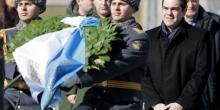Alexis Tsipras dépose une gerbe devant la tombe du soldat inconnu à Moscou. (Crédits : Reuters)
