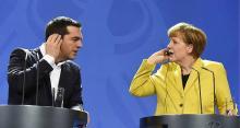 La chancelière allemande, Angela Merkel et le chef du gouvernement grec, Alexis Tsipras, installent leur oreillette au début d'une conférence de presse détaillant les négociations en cours il y a quelques semaines - AFP