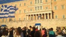 Un homme harangue la foule, devant le Parlement grec (Crédit: Tristan QUINAULT-MAUPOIL/LE FIGARO)