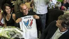 Yanis Varoufakis entouré d'Aurélie Filippetti et Arnaud Montebourg, lors du banquet de la Fête de la rose, dimanche à Frangy-en-Bresse (Saône-et-Loire). Crédits photo : JEAN-PHILIPPE KSIAZEK/AFP