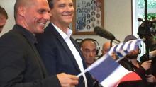 Arnaud Montebourg et son petit drapeau grec, Yanis Varoufakis et son petit drapeau français... Les deux hommes ont joué un numéro en miroir ce dimanche à Frangy-en-Bresse. Sans convaincre totalement.