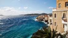 À Ermoupolis (Syros), le quartier Ta Vaporia est surnommé la petite Venise des armateurs. Parmi les maisons léchées par l'écume se cachent deux bijoux où poser ses valises: l'Art Hotel Ploes et Xenon Apollonos. Crédits photo : Laurent Fabre