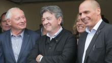 Jean-Luc Mélenchon posant à la fête de l'Humanité entre Oskar Lafontaine, du parti allemand Die Linke, et Yanis Varoufakis, ex-ministre des Finances grec. Crédits photo : JACQUES DEMARTHON/AFP