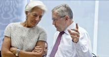 Le patron du fonds de soutien de la zone euro (MES) Klaus Reglin avec la directrice générale du FMI Christine Lagarde. - Michel Euler / AP / SIPA