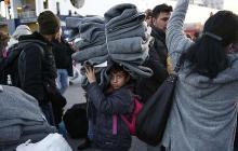 La crise des migrants du Proche Orient, illustrée par cet enfant portant des couvertures au port du Pirée en Grèce, menace la cohésion de l'Union européenne. - Yorgos Karahalis/AP/SIPA