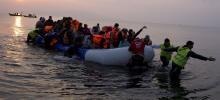 Des migrants en provenance de Turquie par la mer Égée accostent, dimanche, sur le rivage de l'île grecque de Lesbos. Crédits photo : Petros Giannakouris/AP
