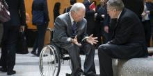 La mission confiée à Klaus Regling est de maintenir l'illusion d'une non-remise de dette... tout en l'organisant. Il ne le fait pas seulement à la demande de Monsieur Schäuble. Bercy est aussi très content d'assurer aux Français qu'il n'y a pas de remise de dette à la Grèce et que le contribuable sera remboursé au centuple. (Photo: Wolfgang Schauble (à gauche sur la photo) discutant avec Klaus Regling après une réunion avec le FMI et la Banque mondiale, le 21 avril 2015 à Washington) (Crédits :...