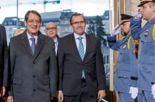 Le président de la République de Chypre, Nicos Anastasiades et l'émissaire de l'ONU Espen Barth Eide, ancien ministre norvégien des Affaires étrangères, à leur arrivée à l'ONU le 9 janvier 2017. (KEYSTONE/Salvatore Di Nolfi)