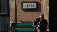 Un homme assis sur un banc à Nicosie.