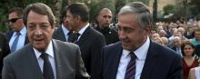 Le dialogue est rompu entre les deux leaders chypriotes, le Grec Nicos Anastasiades (à gauche) et le Turque Mustafa Akinci, photographiés ici en juillet 2015. © Reuters/Yiannis Kourtoglou/File Photo