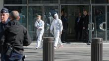 Les enquêteurs devant le siège parisien du FMI, le 16 mars 2017.