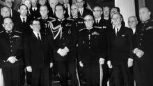 À la suite du putsch du 21 avril 1967, le nouveau gouvernement formé par les colonels entoure le roi Constantin II. Crédits photo : -/AFP