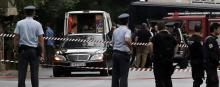 Des policiers sécurisent la zone autour dela voiture de l'ex-premier ministre Lucas Papademos, à Athènes. © Costas Baltas / Reuters