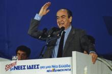 L'ancien premier ministre grec Constantin Mitsotakis, lors d'une campagne électorale, le 6 avril 1990, à Athènes.