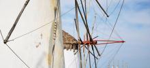 Le vent a fait la fortune de l'île au XIXe siècle, îles alors de meuniers et de boulangers. On y transformait le blé d'Ukraine en pains et biscuits embarqués sur les navires. Reste de cette période une superbe rangée de moulins qui veille sur la petite Venise du port. Crédits photo : Laurent Fabre/Figaro Magazine