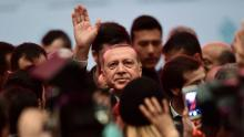 Le président turc Recep Tayyip Erdogan (C), salue des supporteurs, à Istanbul, le 6 novembre 2017