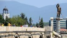 Une statue de Philippe II de Macédoine, père d'Alexandre le Grand, surplombe un pont à Skopje, le 23 juillet 2012