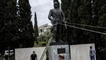 Des membres du Parti communiste grec s'en sont pris lundi 16 avril 2018 à une statue de l'ancien président américain Harry Truman à Athènes pour protester contre les frappes aériennes de la France, des Etats-Unis et du Royaume Uni en Syrie