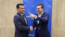 Le Premier ministre macédonien Zoran Zaev (g) et son homologue grec Alexis Tsipras à Sofia, le 17 mai 2018