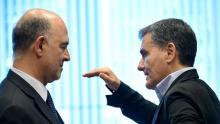 Le commissaire européen aux Affaires financières Pierre Moscovici (g) et le ministre grec des Finances Euclid Tsakalotos lors d'une réunion de l'eurogroupe à Luxembourg, le 21 juin 2018