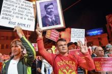 Lors d'une manifestation contre l'accord entre la Grèce et l'ancienne république yougoslave de Macédoine, le 23 juin àSkopje. Le manifestatant vêtu d'un tee-shirt sur lequel il est écrit« Russie» brandit un portrait du héros nationalGotsé Deltchev.
