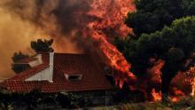 Une maison détruite par un violent incendie à Kineta, près d'Athènes, le 23 juillet 2018 en Grèce