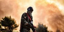 Les pompiers ont éprouvé les pires difficultés à maîtriser l'incendie qui a ravagé les environs d'Athènes.@ ARIS MESSINIS / AFP