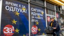 """Une affiche électorale avec le slogan """"Pour une Macédoine européenne!"""" à Skopje le 29 septembre 2018."""