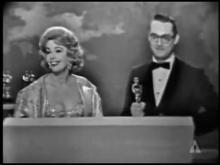 1960 Η Βραβεύσει του Χατζιδάκι με το όσκαρ.   (Τα παιδιά του Πειραιά )