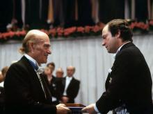 Elytis recevant le prix Nobel des mains du roi Charles XVI Gustave de Suède.