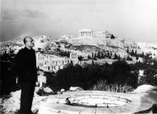 1958. Odysséas Elytis à Athènes sur fond d'Acropole