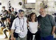 """Georges Arvanitis avec Pantelis Voulgaris et Victoria Charalambidou sur le tournage de """"Brides"""""""