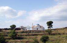 Une des nombreuses chapelles qui rythment le paysage de Kea.