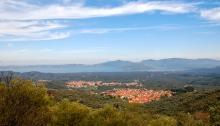Les villages de Skopelos et Papados entourés d'oliveraies. Au fond la baie de Gera