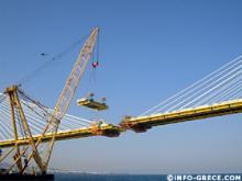 Il ne restait plus qu'une section à poser pour réunir les deux bouts du pont. C'était désormais fait, le jour de notre reportage.