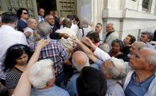 Banques, juillet 2016 : des retraités attentent leur tour pour encaisser la portion de retraite autorisée des 120 € hébdomadaires (Reuters).