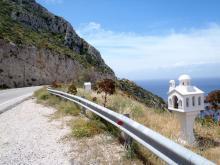 Petite chapelle, eikonostassi, sur la route de Patras, en mémoire d'une des victimes quotidiennes sur les routes nationales.